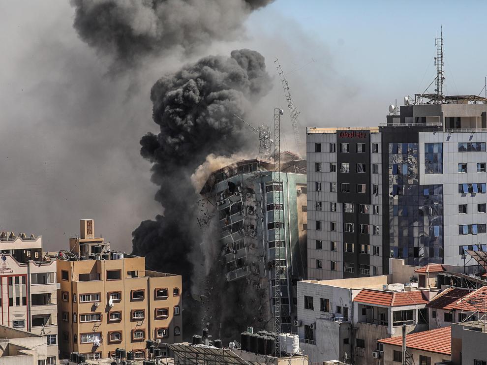 Torre de 14 plantas en Gaza, sede de varios medios de comunicación, que Israel derribó ayer.
