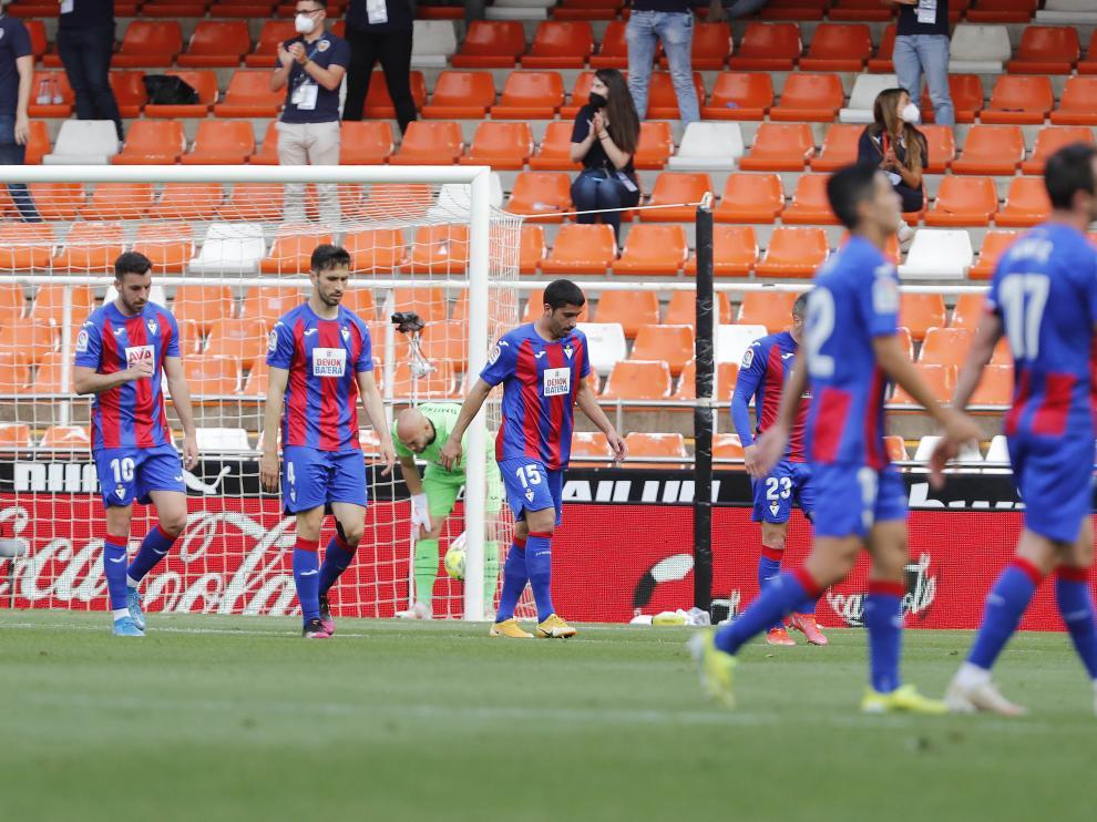 El Eibar se despide de Primera tras su derrota en Mestalla.