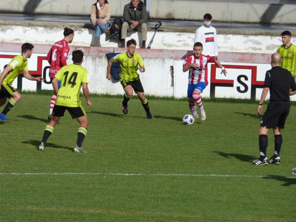 Imagen de archivo del partido de esta temporada que enfrentó al Barbastro contra el RZD Aragón.