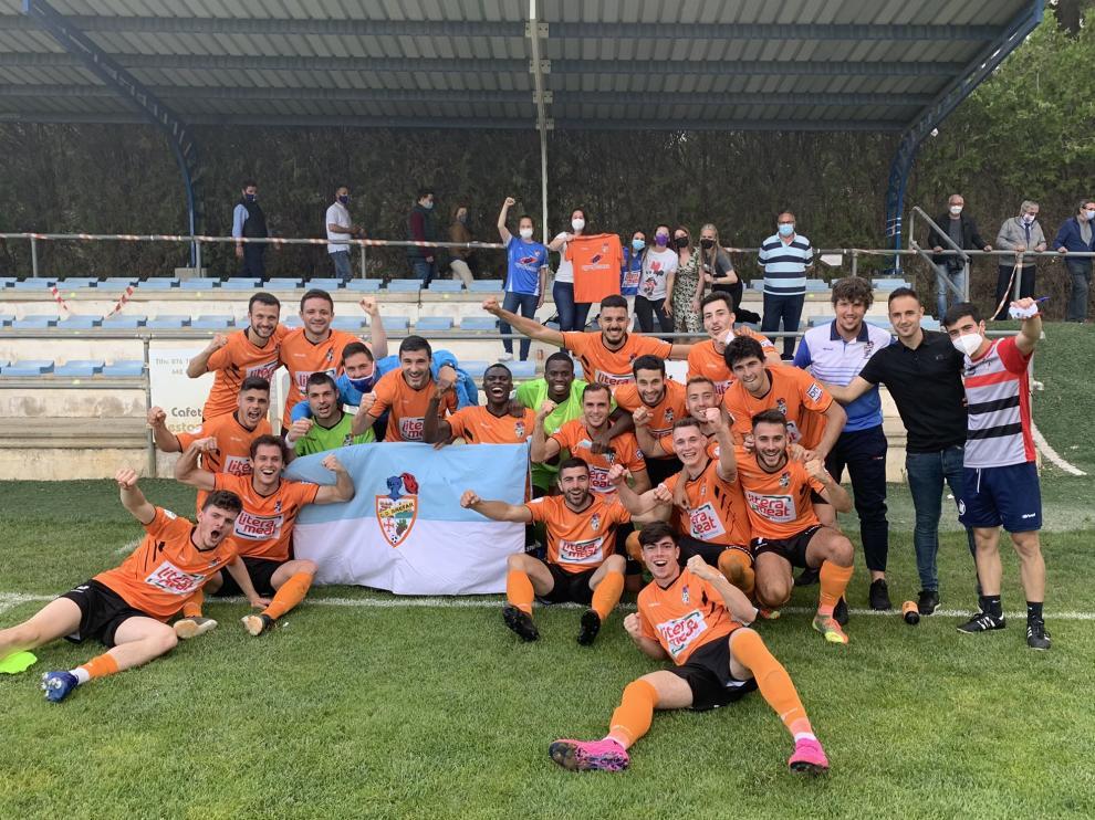 Los jugadores del Binéfar celebran en Belchite su pase a la penúltima ronda del play off de ascenso.