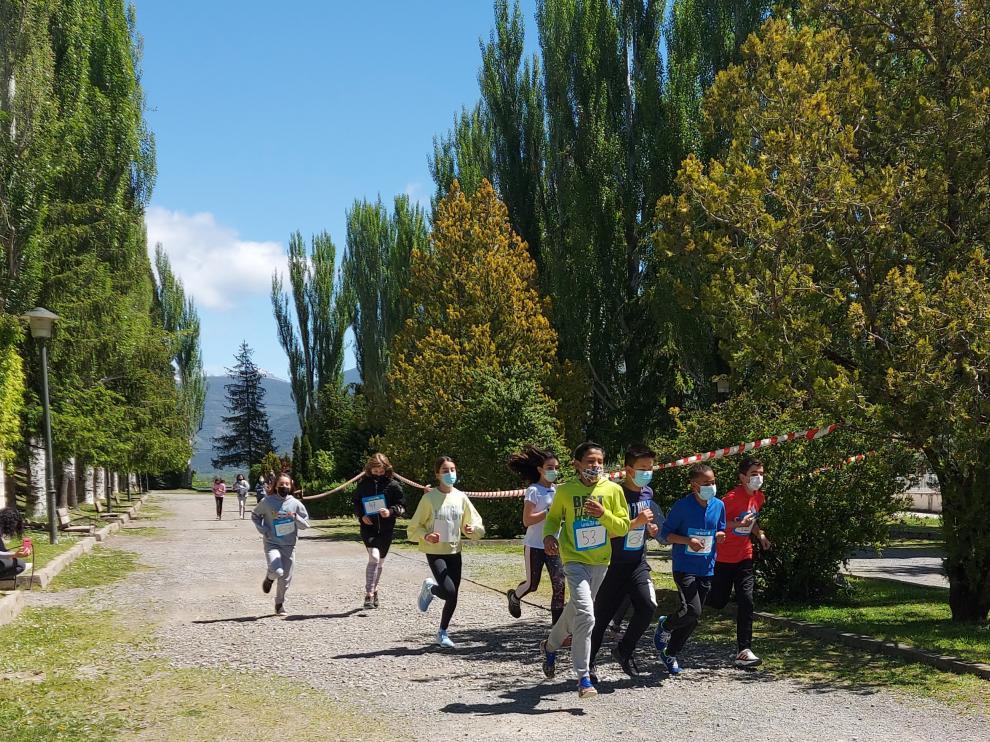 Alumnos del colegio Santa Ana, durante la carrera.