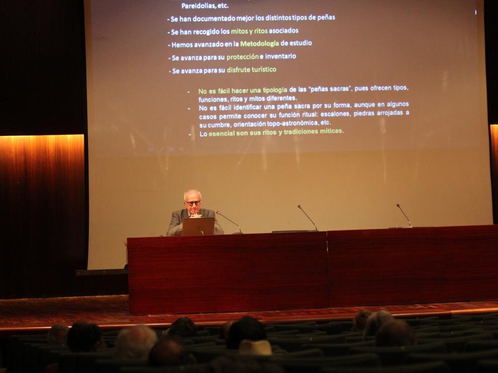 Un momento de la charla impartida este martes por el historiador en Huesca.