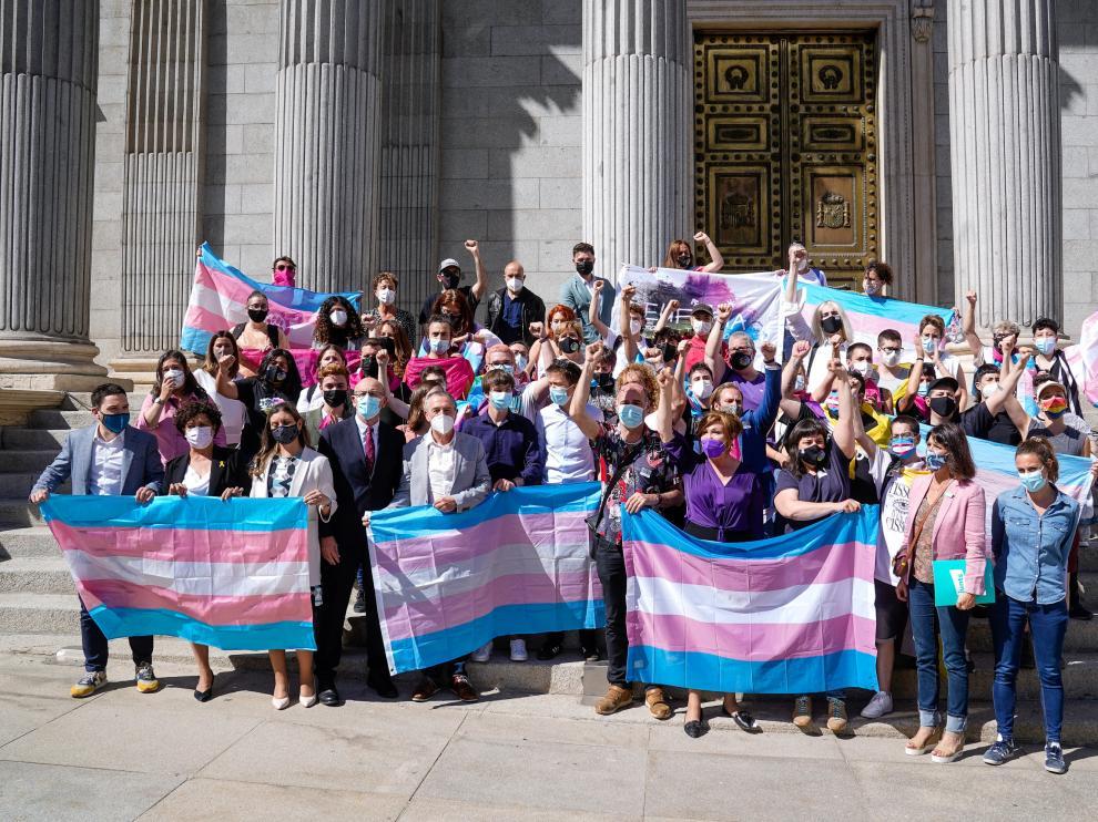Varias personas han acudido con banderas trans a las puertas del Congreso