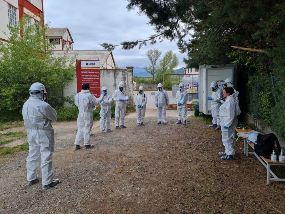 Los participantes en el workshop del proyecto europeo sobre el lindano visitaron ayer Inquinosa junto a Marta de Santos.