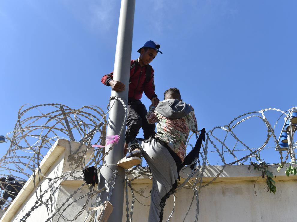 Migrantes tratando de pasar a Ceuta este martes