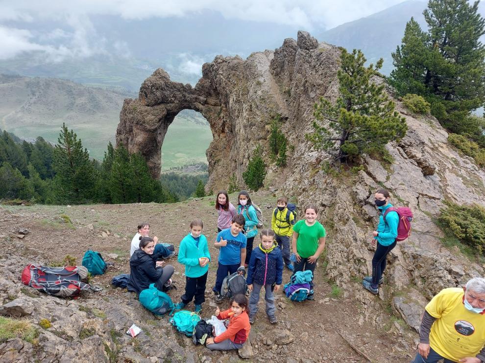 Los peques, con el Arco de Piedrafita como fondo