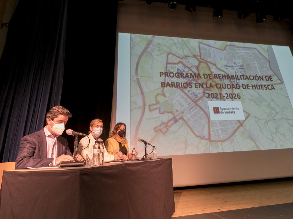 Luis Felipe, alcalde de Huesca, junto a Cristina de la Hera y María Rodrigo