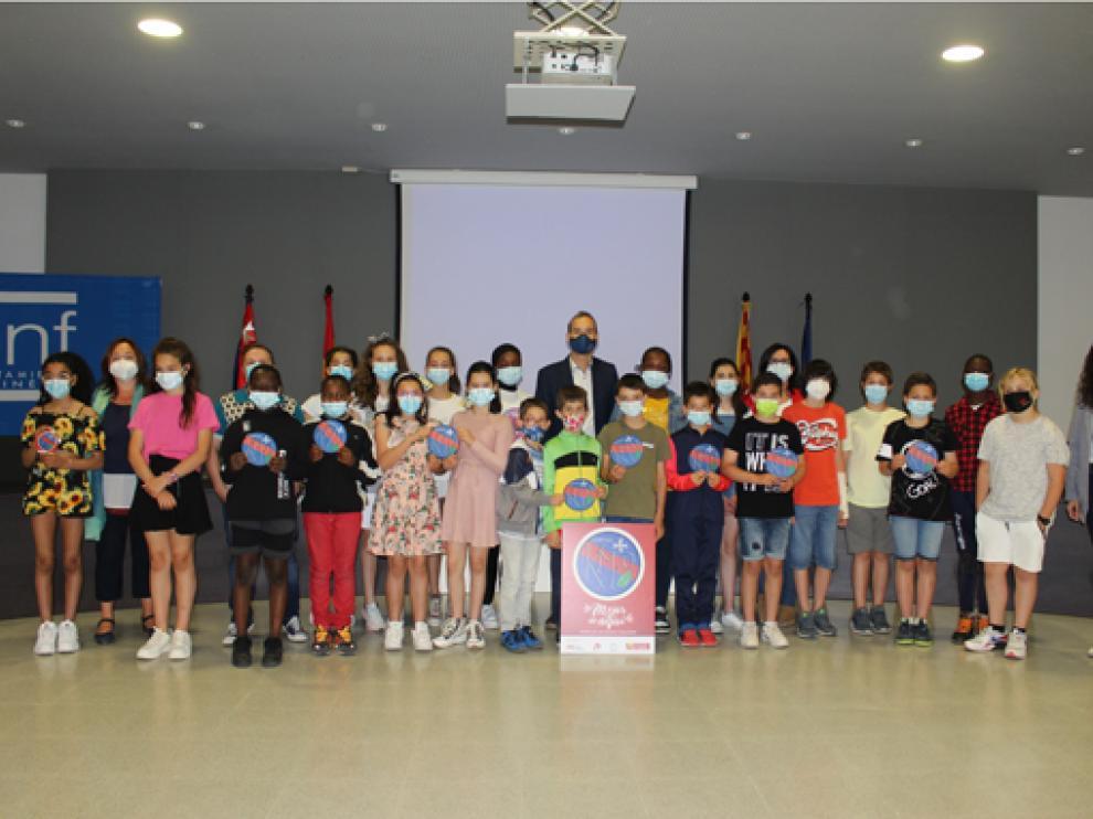 Alfonso Adán ha recibido a los autores, escolares de 5ºB, y les ha entregado un diploma por su valiosa aportación