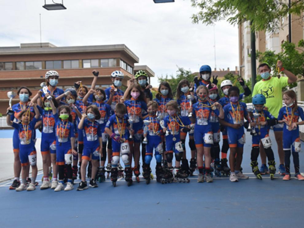 El numeroso grupo de patinadores de Osca Roller en Zaragoza.