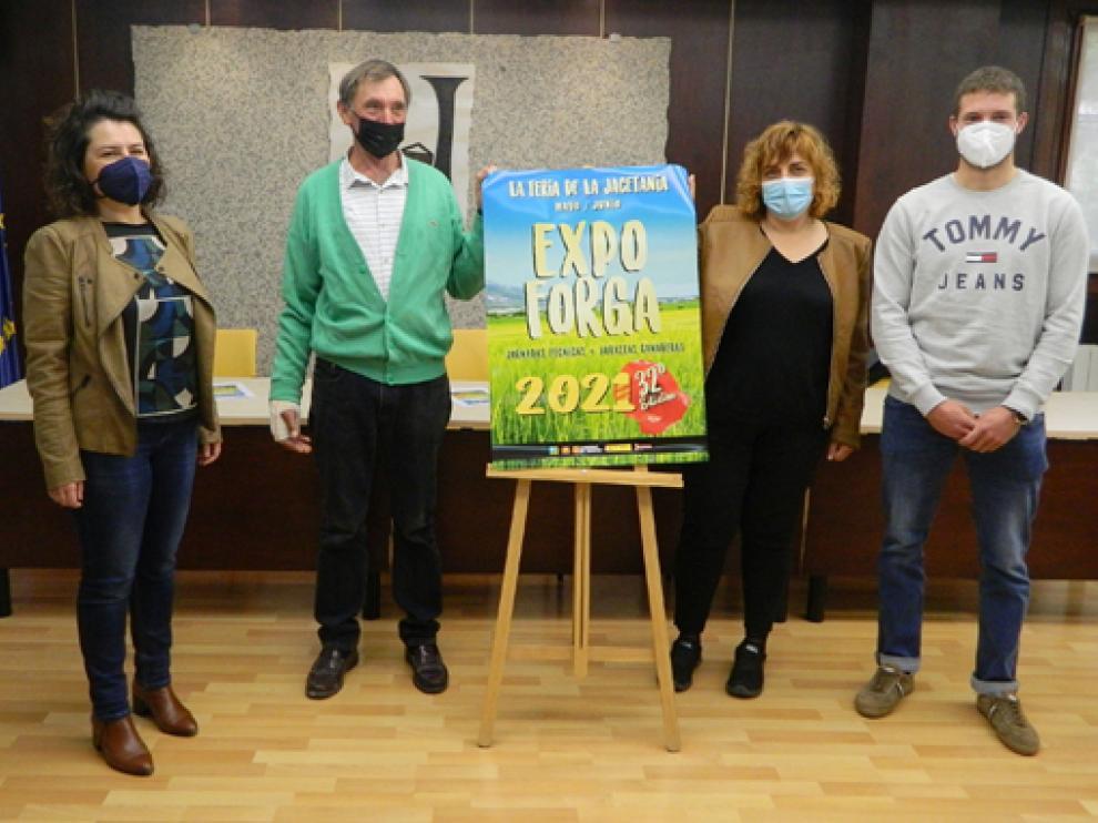 María Brun, Joaquín Giménez, Montse Castán y Daniel Lacasa, junto al cartel de Expoforga, en la sede comarcal de Jaca.