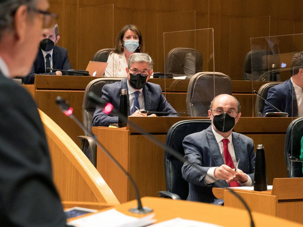 Javier Lambán (d) escucha al presidente del PP aragonés, Luis María Beamonte (i), durante el Pleno de las Cortes
