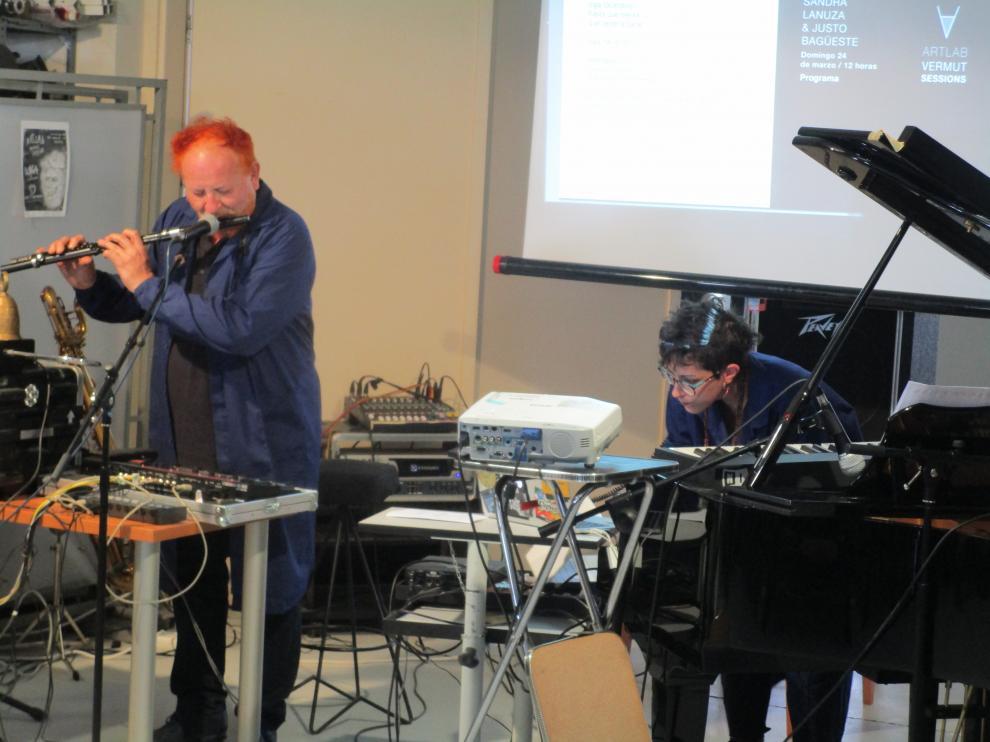 Justo Bagüeste y Sandra Lanuza, actuando en el ArtLab de Huesca.