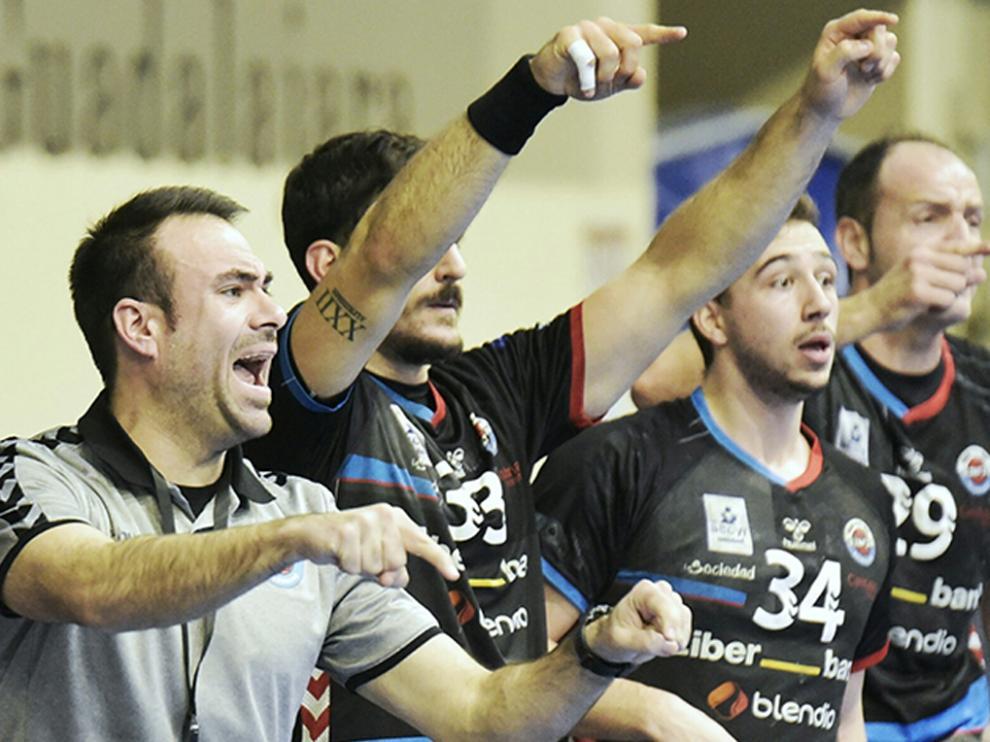 Montesinos, en primer plano, durante un partido del equipo cántabro.