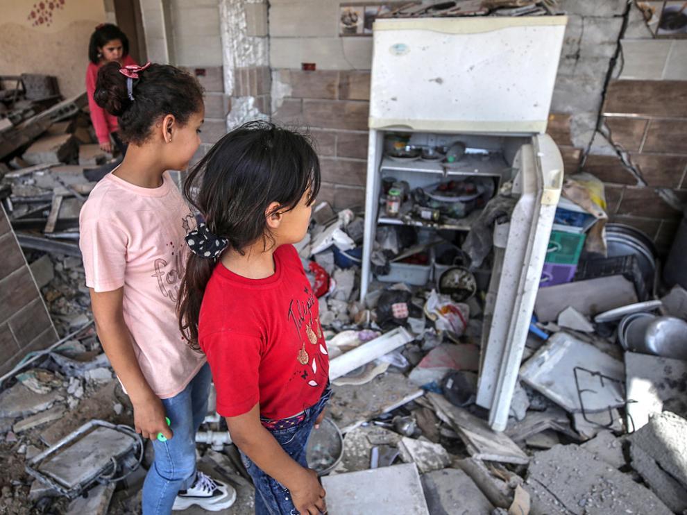 Dos niñas contemplan su casa destruida en la ciudad de Beit Hanun en la Franja de Gaza.