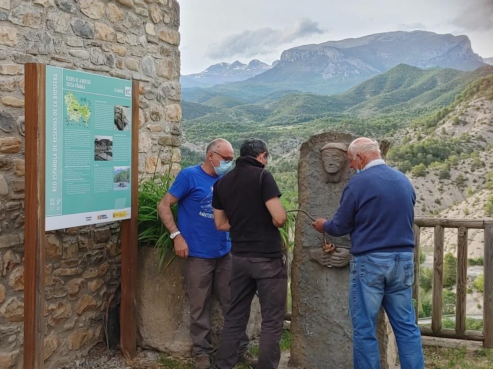 Cambio de verdugo en el monumento al navatero en Puyarruego.