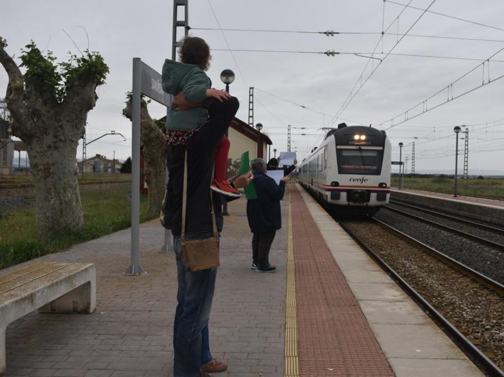 Concentración en la estación de tren de Sariñena