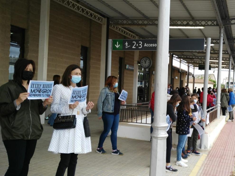 Participantes en la concentración en la estación de Grañén este domingo.
