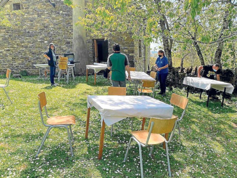 Montaje de un espacio en el centro de Isín para una actividad gastronómica.
