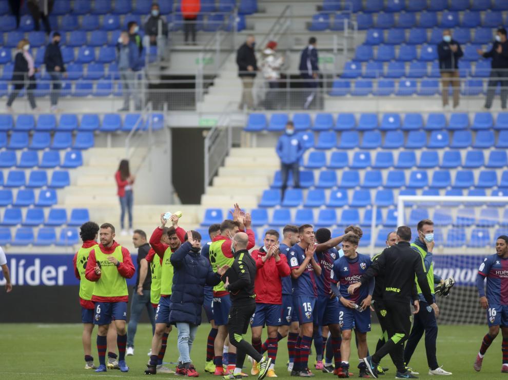 Los jugadores del Huesca B aplauden a la afición tras derrotar al Binéfar.