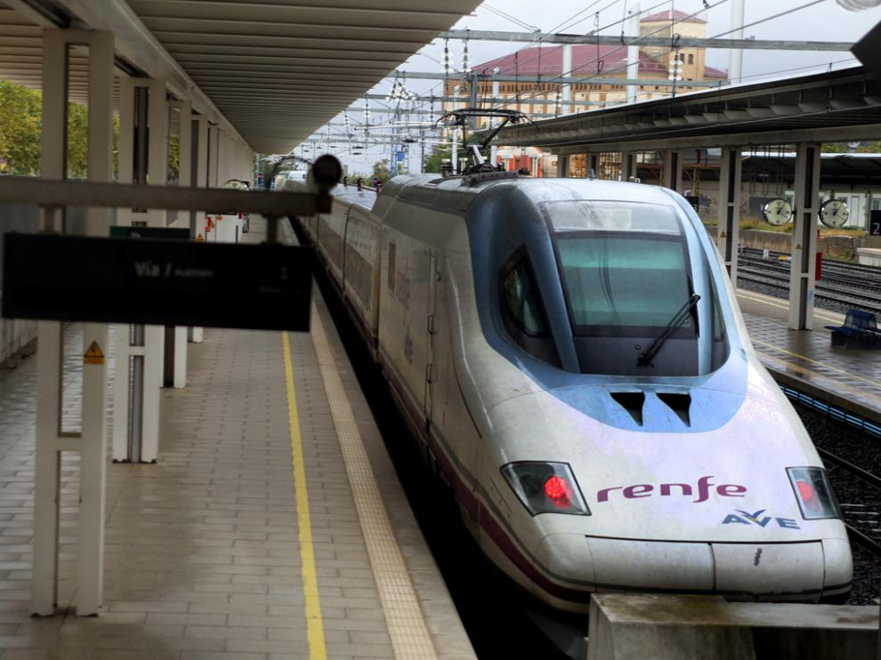 Tren AVE en la estación intermodal de Huesca.