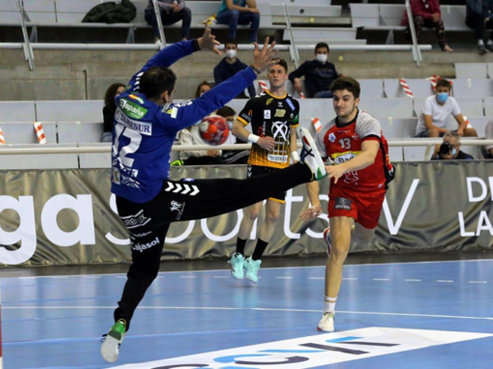 Domingo Luis Mosquera lanza ante Álvaro de Hita en el partido contra Puente Genil.