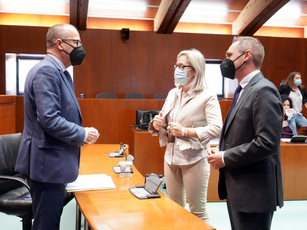 El consejero de Educación, Cultura y Deporte del Gobierno de Aragón, Felipe Faci, saluda a los diputados de PP y Cs, en las Cortes de Aragón