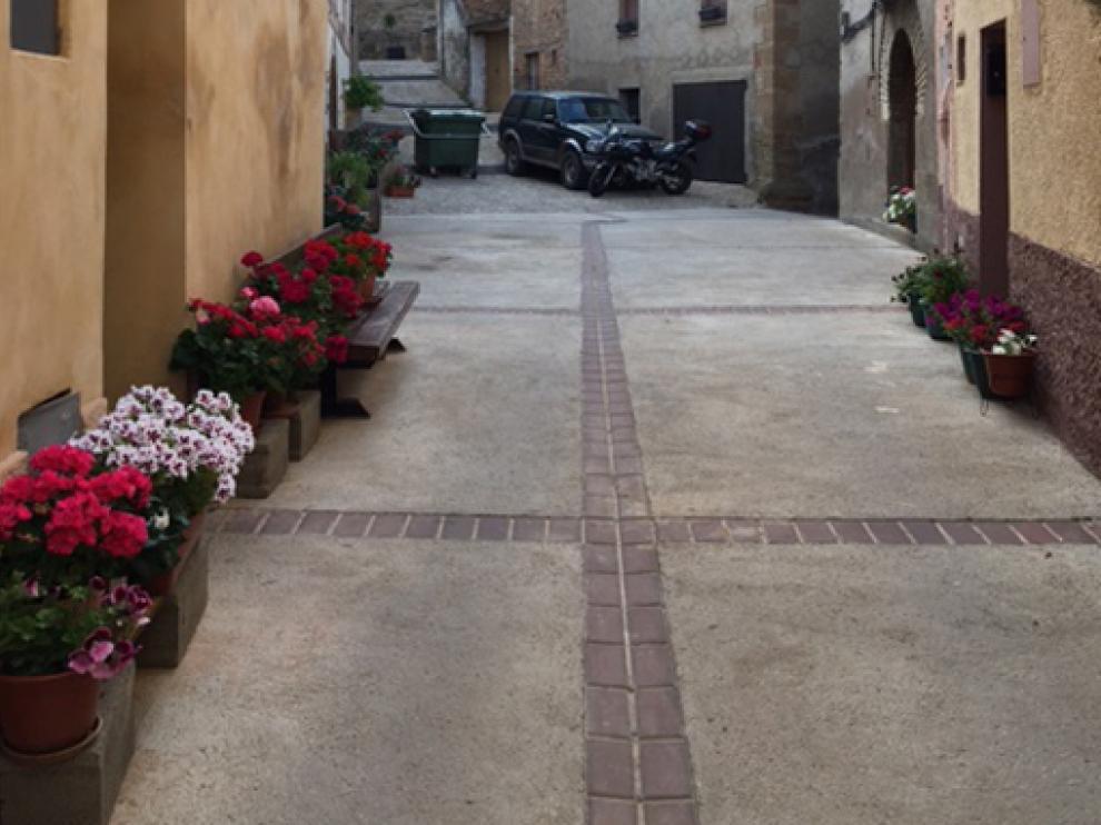 Imagen de una calle con la decoración floral