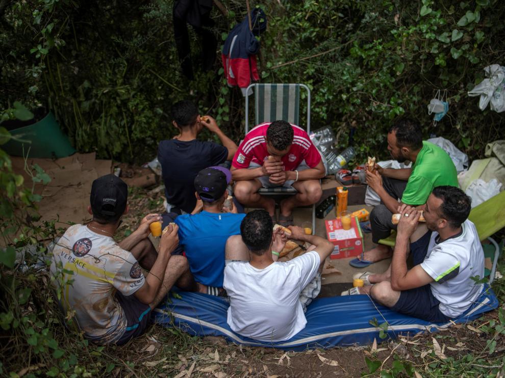 Grupo de jóvenes inmigrantes acampados en los montes de Ceuta