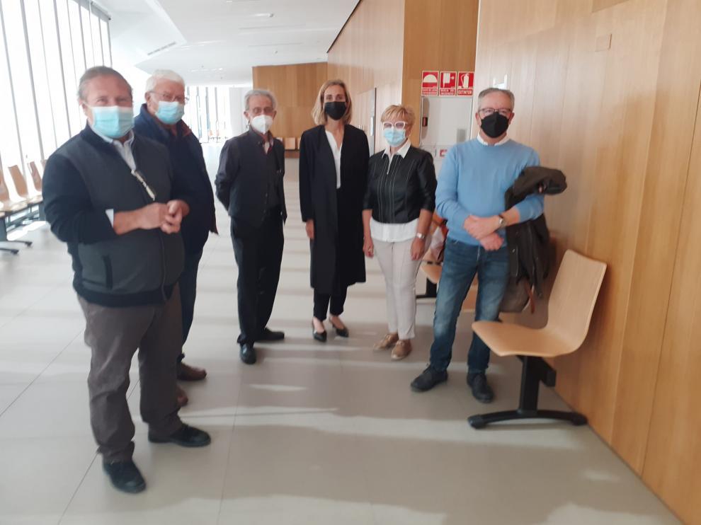 José Manuel Penella, Jaime Penella, Antonio Puyol, Ana Bescós, Rosa Pons y José Miguel Sanz, este martes en el Juzgado de Huesca.