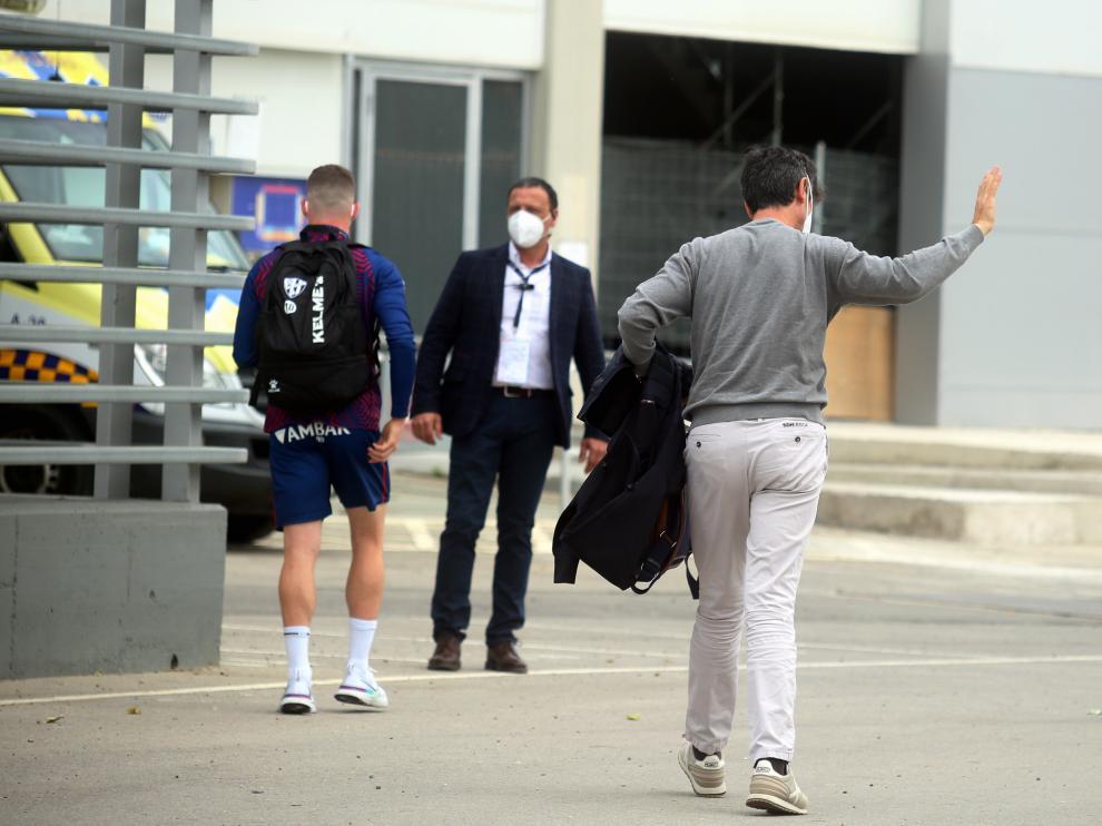 Pacheta saluda a aficionados en los alrededores de El Alcoraz antes del Huesca-Valencia.