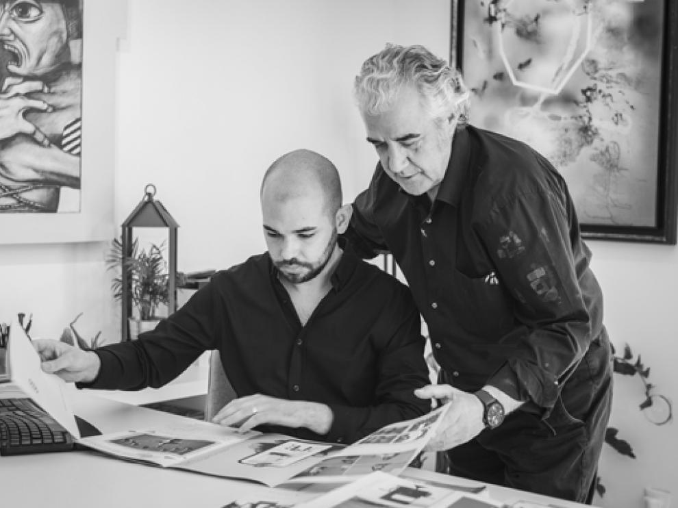 Antonio de Clemente y Sergio Abrain, ante la revista que presentan hoy en Huesca.