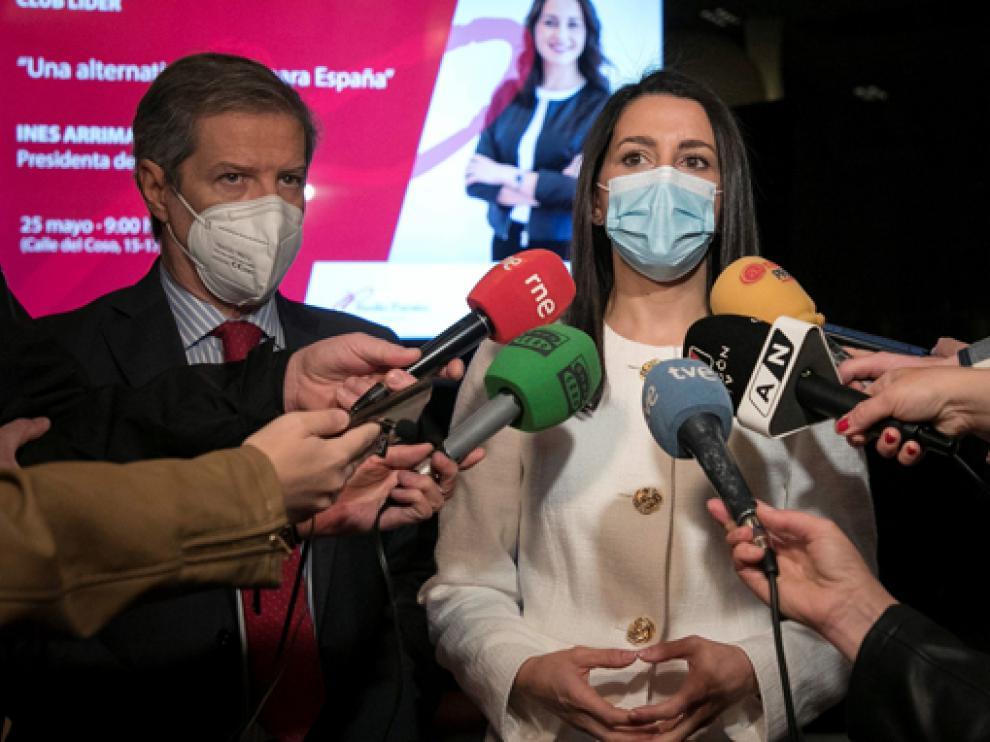 Inés Arrimadas comparece ante los medios de comunicación en Zaragoza.