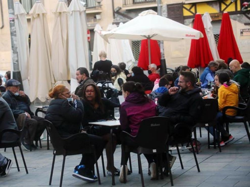 Ambiente en una céntrica terraza de la capital altoaragonesa.