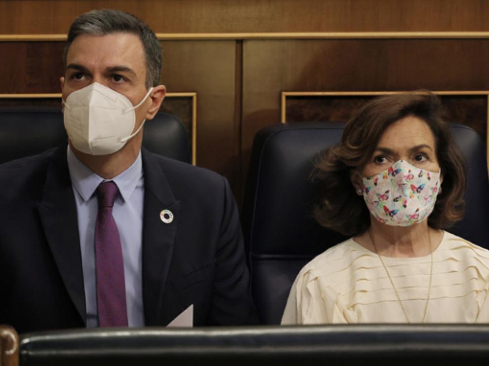 El presidente Pedro Sánchez, con la vicepresidenta, Carmen Calvo, en la sesión de control.