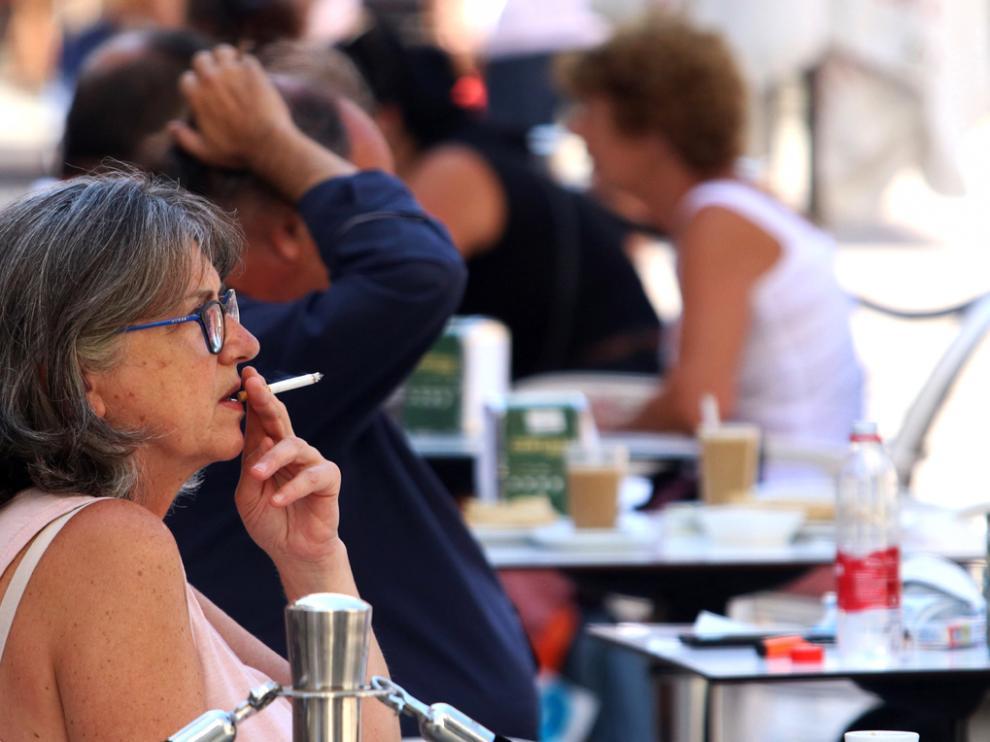 Personas fumando en terrazas y vías públicas
