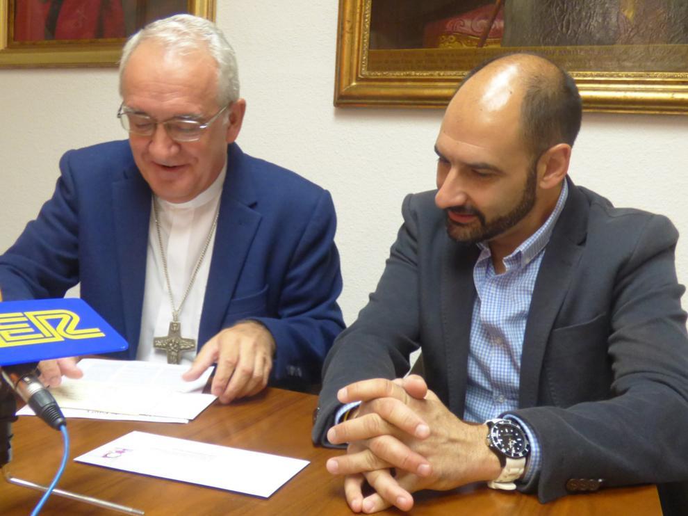 Ángel Pérez, obispo de la Diócesis y Fernando Torres, alcalde de Barbastro
