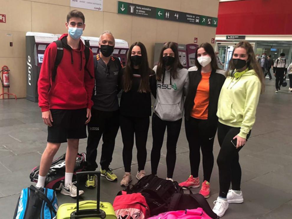 Hugo Escuer, Juanjo Fondevila, Julia Pomar, Inés Acín, Elvira Gella y Aurora Otín, viajaron ayer hacia tierras gallegas.