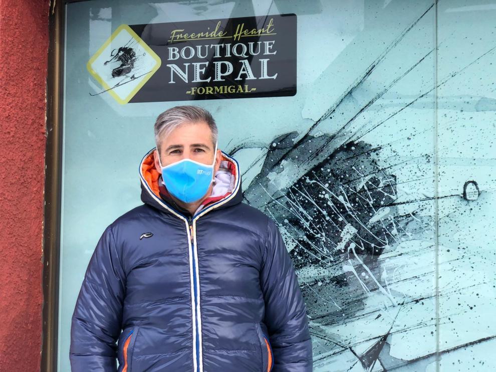 Javier Mimbrera, junto a la Boutique Nepal de Formigal.