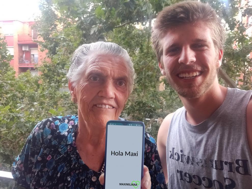 Jorge Terreu, junto a su abuela Maximiliana y el dispositivo móvil que ha creado.