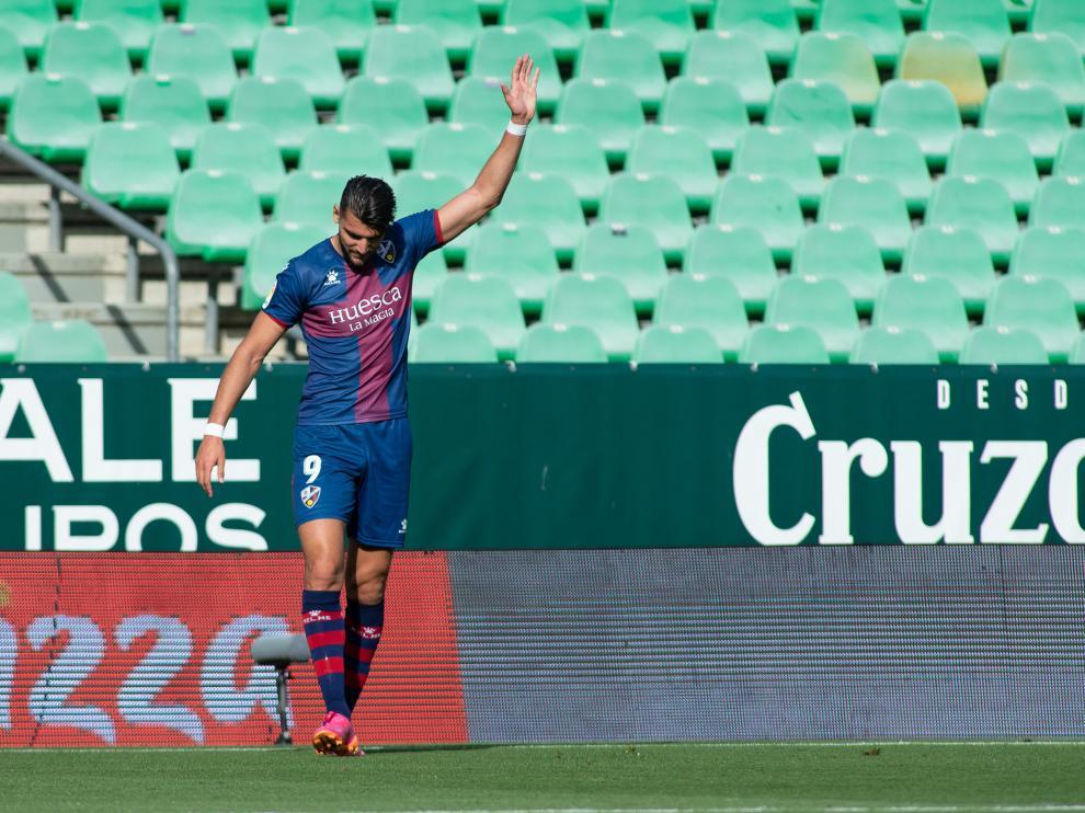 Rafa Mir levanta la mano en el Betis-Huesca de esta temporada.