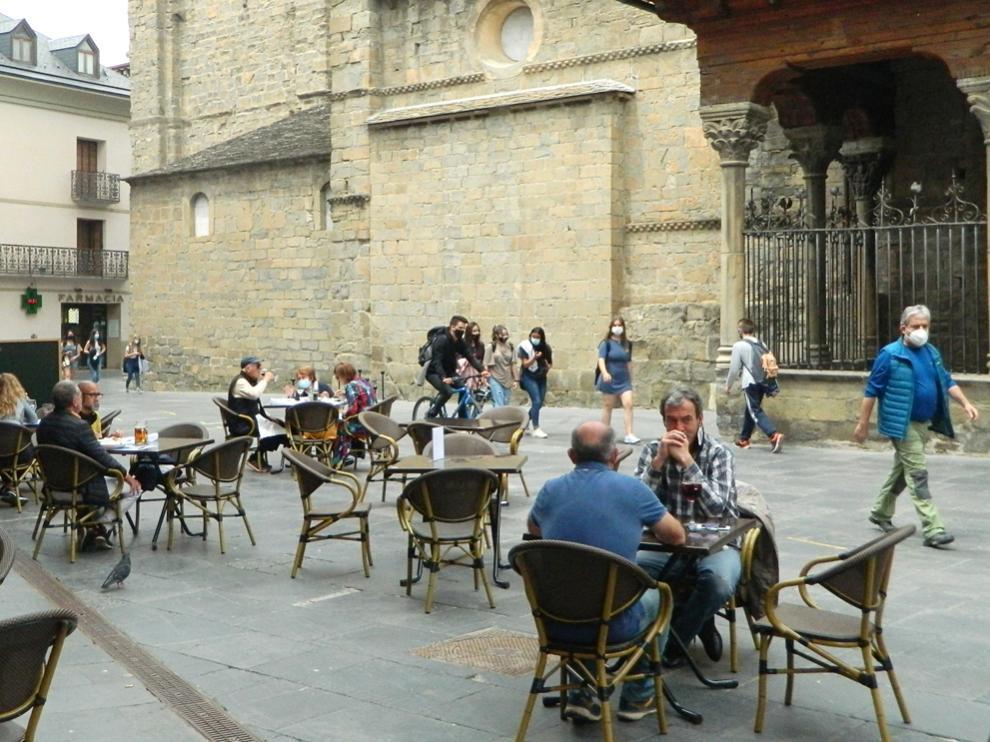 Terraza de la plaza de la Catedral de Jaca