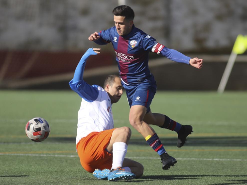 Carlos Calvo, primer capitán del Huesca B, en un partido de esta temporada.