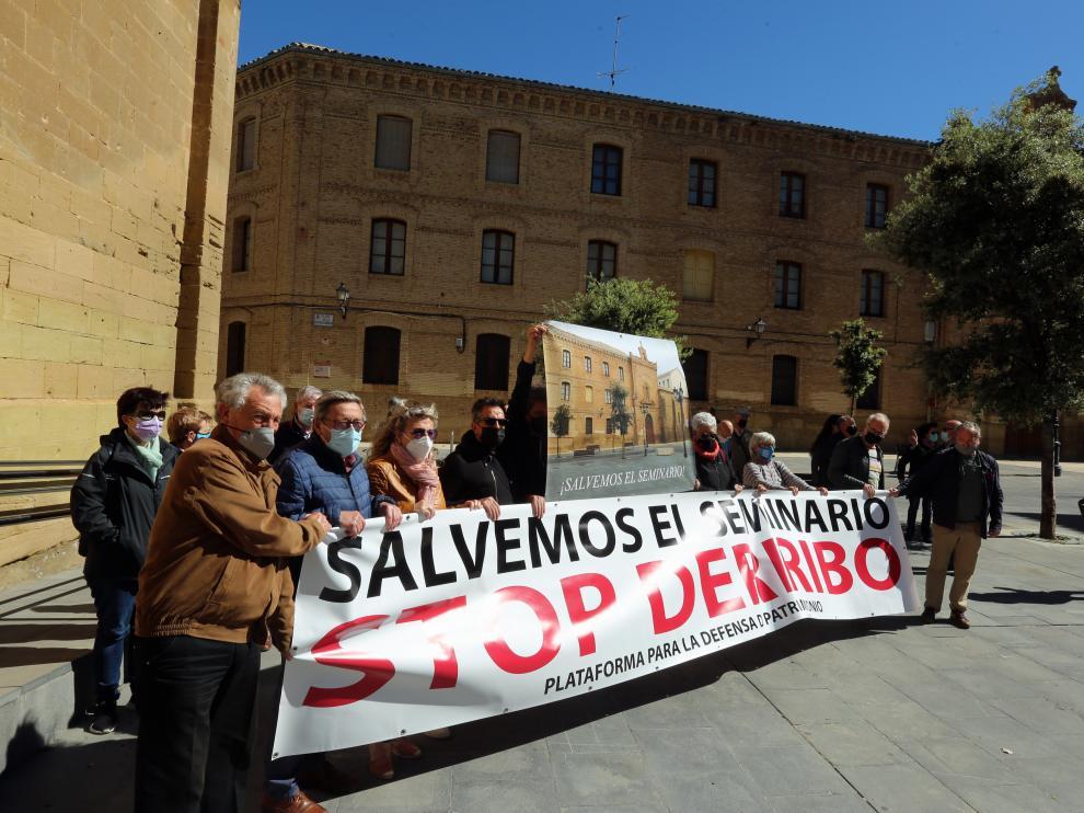 Protesta en la plaza Universidad contra los derribos en el Seminario.
