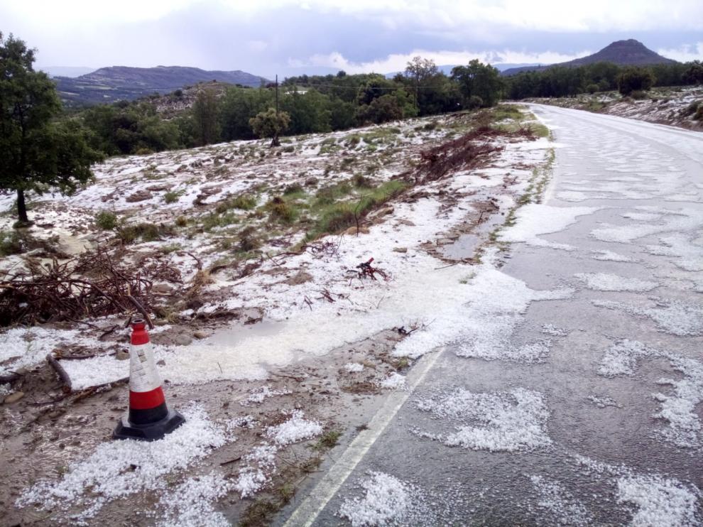 Carretera de Monesma de Benabarre con granizo