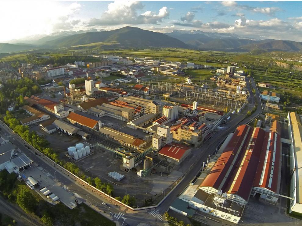 La fábrica de Ercros situada en Sabiñánigo que, junto a la valenciana de Almussafes, recibirán electricidad de Naturgy.