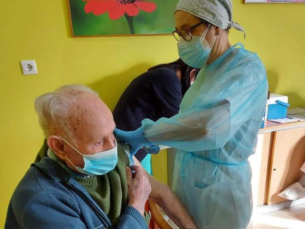 Vacunación en una residencia de mayores de Jaca a finales del mes de abril.