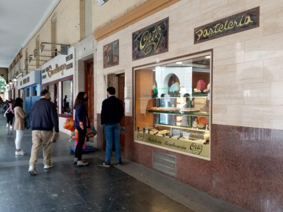 Clientes a las puertas de la Pastelería Ortiz, en su último día de apertura.