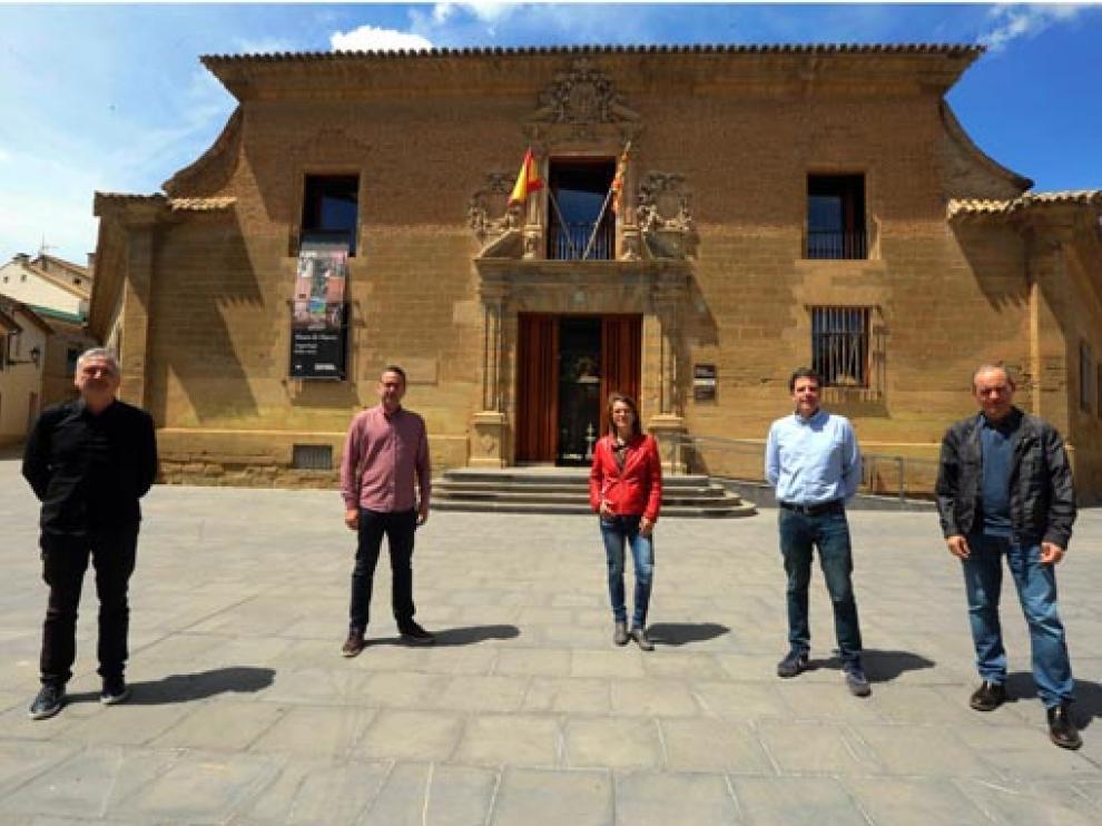 Joan Manyá, Luis Casaló, Nuria Garatachea, Germán Vicente Rodríguez y Jesús Yániz ante el edificio de la antigua Universidad Sertoriana, sede del Museo de Huesca.