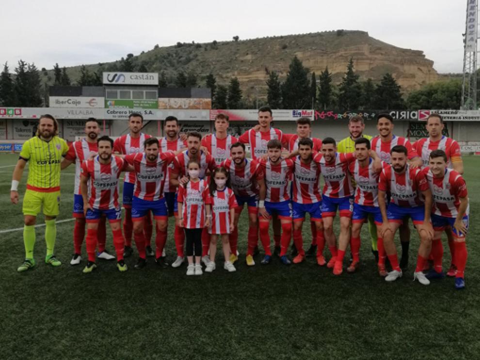 Los jugadores del Monzón, con unas jóvenes aficionadas rojiblancas.