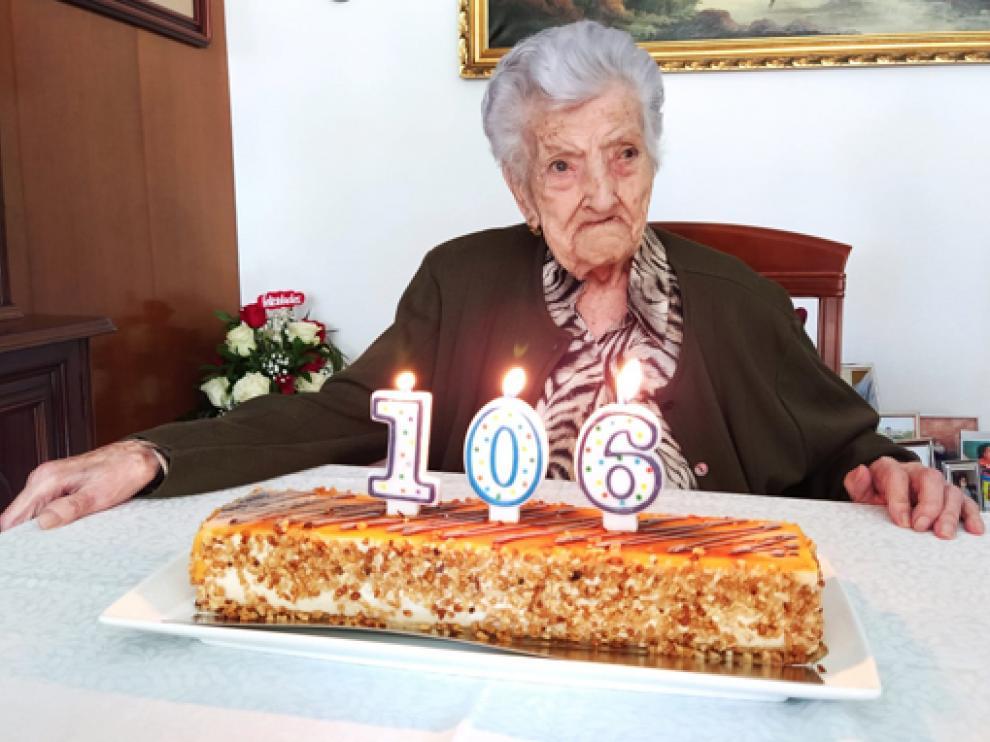 María celebró su 106 cumpleaños rodeada de su familia con quien compartió una tarta.